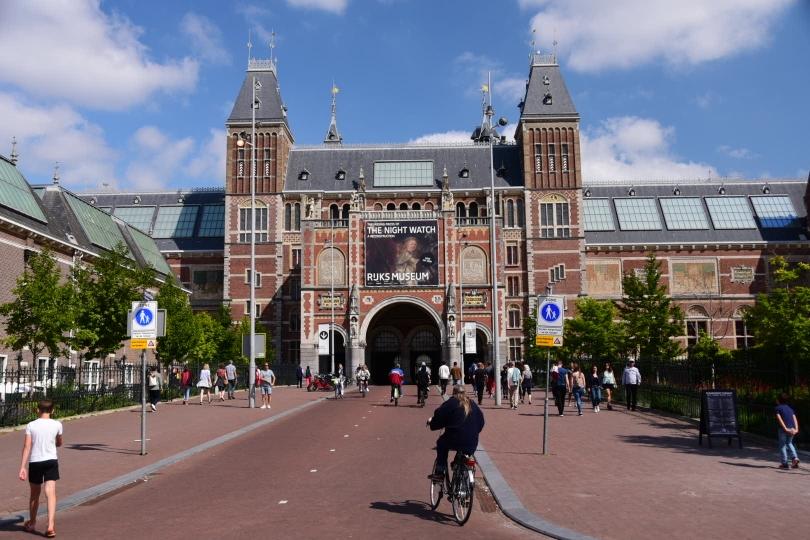 Das Staatsmuseum - und mitten hindurch führt ein breiter Radweg. Das gibt es wohl nur in Amsterdam