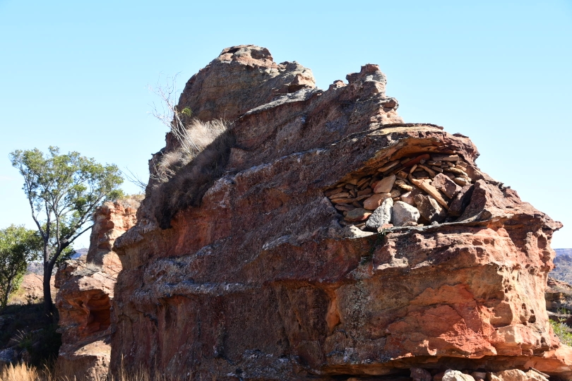 Traditionelles Grab in einer Felshöhle im Nationalpark - eine Begräbnisritus, der bis heute gepflegt wird