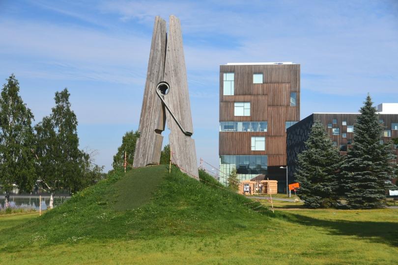 Uemå - eine moderne Großstadt mit einer Universität mit 30.000 Studenten, von der ich noch nie gehört hatte. War europäische Kulturhauptstadt und hat deswegen zahlreiche Kunstwerke im Stadtbild. Und ich einen kleinen Campingplatz direkt am Flussufer im Gewerbegebiet mit Blick auf dutzende gigantische Forstmaschinen eine japanischen Herstellers