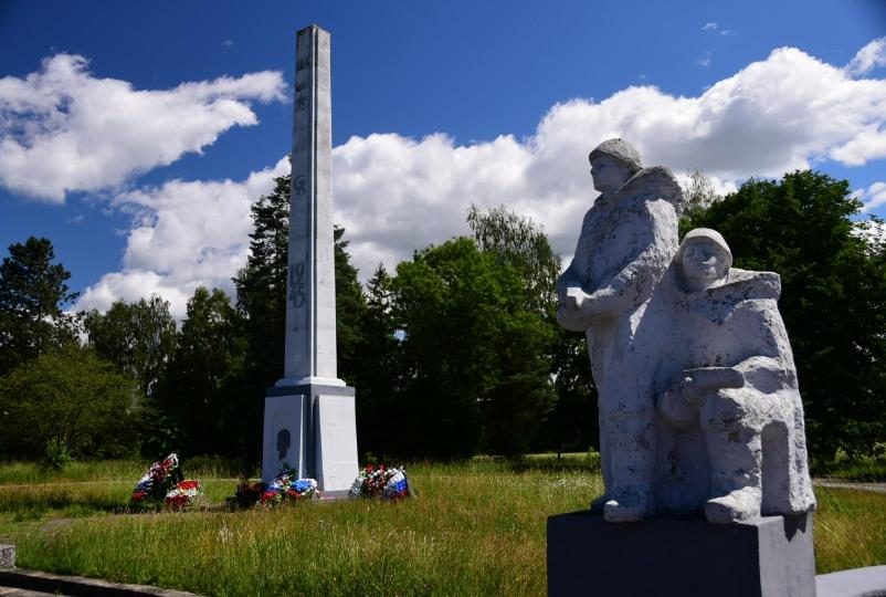 Alle paar Kilometer auf dem Weg nach Kaliningrad säumen Gedenkstätten die Straße