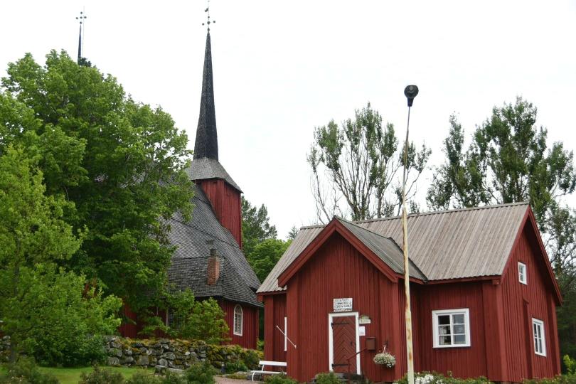 Eine alte Kirche komplett aus Holz - einschließlich Dacheindeckung