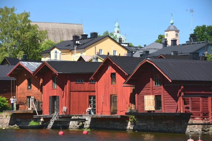 Eine besondere Anziehungskraft haben die alten, roten Häuser am Fluss