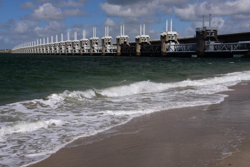 Eines der Sperrwerke, mit denen die Osterschelde von der Nordsee getrennt wird. Dagegen ist das Eidersperrwerk Spielerei!