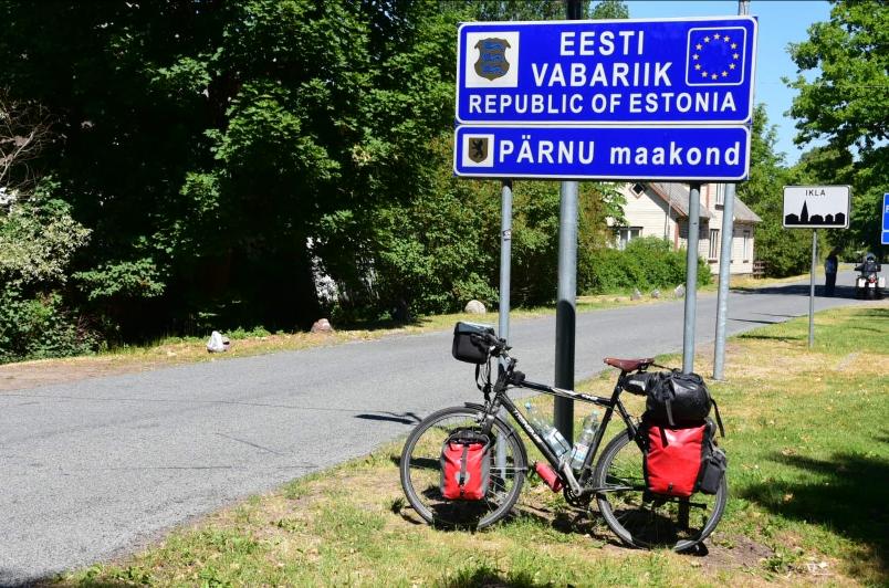Ein Schild, zwei Videokameras: das ist schon der ganze Grenzübergang und ich komme in Ikla in Estland an