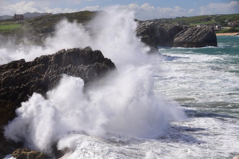 Der Sturm ist längst vorbei, aber der aufgewühlte Atlantik peitscht noch immer gegen die Felsen