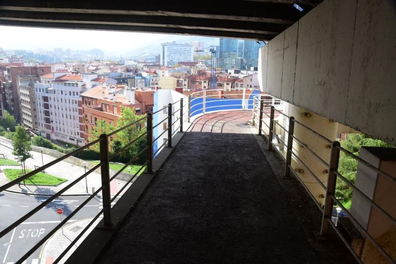 Ganz oben an dem Brückenpfeiler wird der Radweg unter der Fahrbahn auf die andere Straßenseite geführt