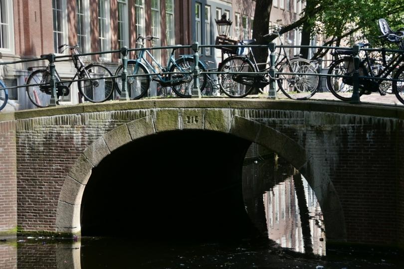Grachten und Fahrräder - nicht wegzudenken aus Amsterdam