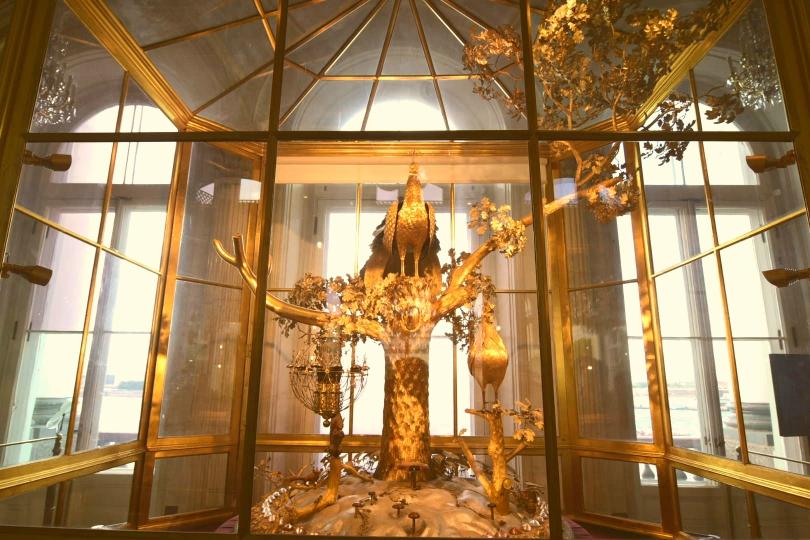 Dieser etwa zwei Meter hohe goldene Pfau ist eine Uhr - und es soll ein Spektakel sein, wenn er anschlägt