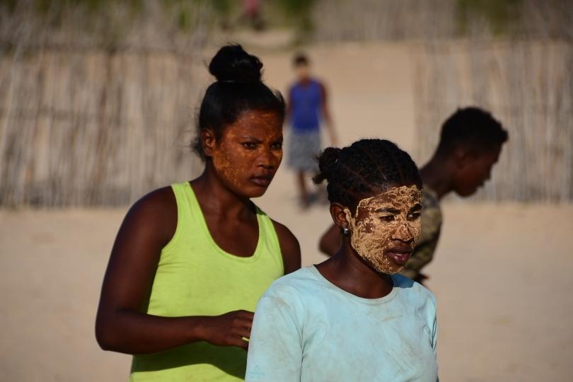 """Hier sehen wir erstmals viele junge Menschen beim abendlichen Sport. Die beiden Frauen drehen ihre Runden um den """"Sportplatz"""", das Gesicht mit der tradionellen Maske zum Schutz gegen die Sonne eingeschmiert"""
