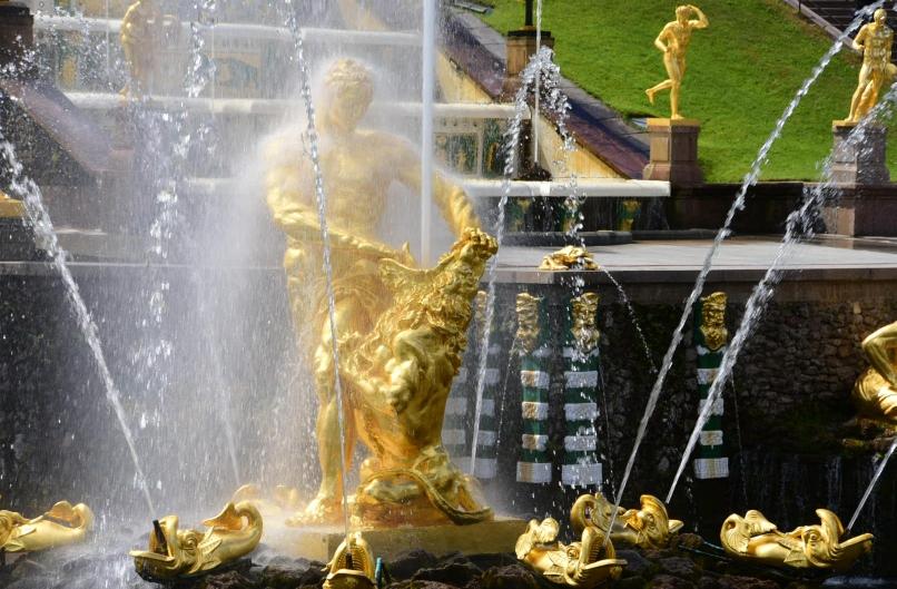 Die Wasserspiele beeindrucken - überall in der riesigen Parkanlage findet man wieder neue Springbrunnen. Hier aber die Kaskaden direkt vor dem Palast