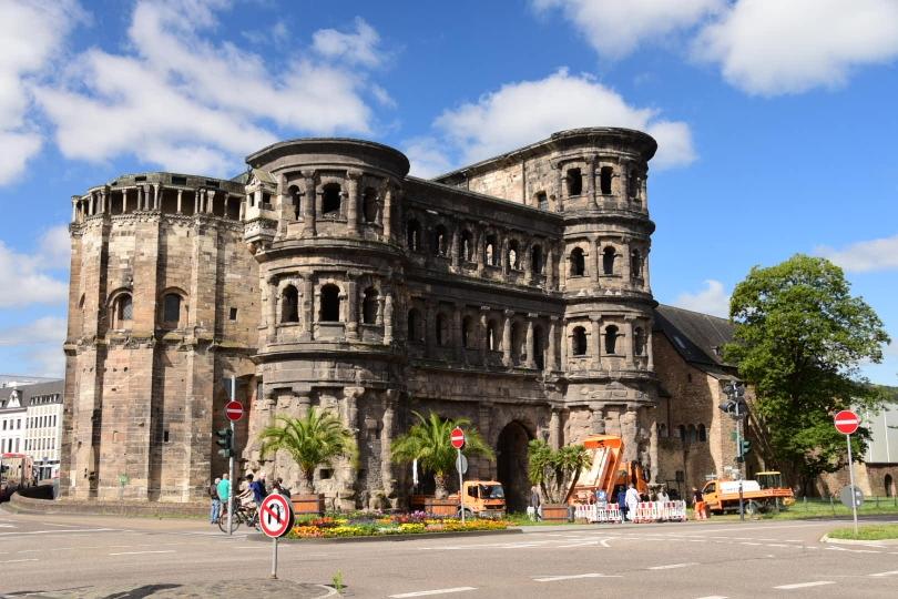 Das bekannteste Bauwerk, dass die Römer hinterlassen haben: Die Porta Nigra. Ein Traum für jeden Fotografen, wenn leuchtend orange Baufahrzeuge davorstehen und den Blick auf sich ziehen