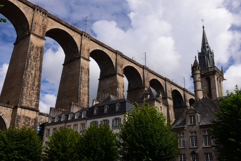 Morlaix wird von einer beeindruckenden Eisenbahnbrücke überquert