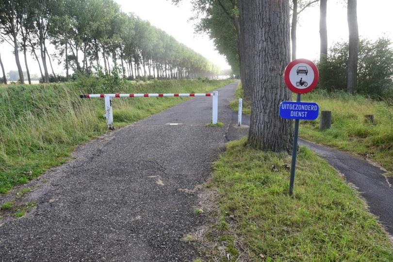 Woher wissen die, dass ich aus dem Dienst ausgesondert wurde? Am Grenzübergang ändert sich auch die Qualität der Radwege - immerhin haben die Niederlande und Belgien dasselbe, hervorragende Knotenpunktsystem, mit dem man sich sehr verlässlich orientieren kann
