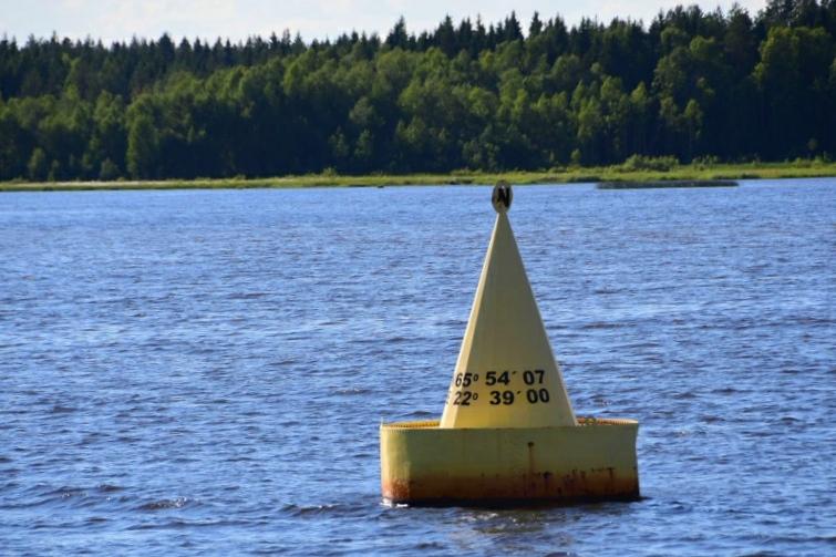 Meine Wendemarke - die Festmachertonne in Töre Hamn: N 65° 54' 07'' - der nördlichste Punkt der Ostsee und meiner Reise. Von jetzt an geht es Richtung Süden der Heimat entgegen