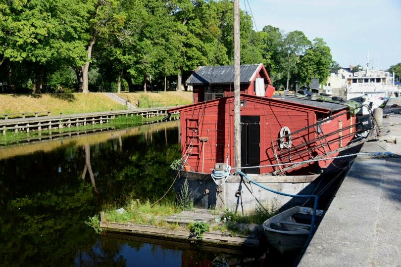 Ein sehr schöner Park zieht sich am Flussufer durch die Innenstadt und die Hausboote sorgen für ein besonderes Flair