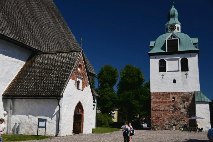 Überragt wird die Altstadt von dem mit Holzschindeln gedeckten Dom