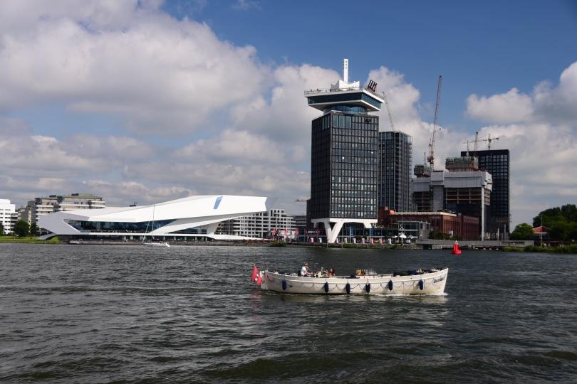 Wem Amsterdam nicht aufregend genug ist, kann auf der Dachterrasse dieses Hochhauses gegenüber des Hauptbahnhofs schaukeln gehen