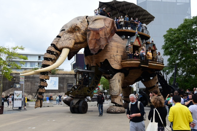 Dieser 12m hohe und fast 40 Tonnen schwere Elefant läuft frei in Nantes herum