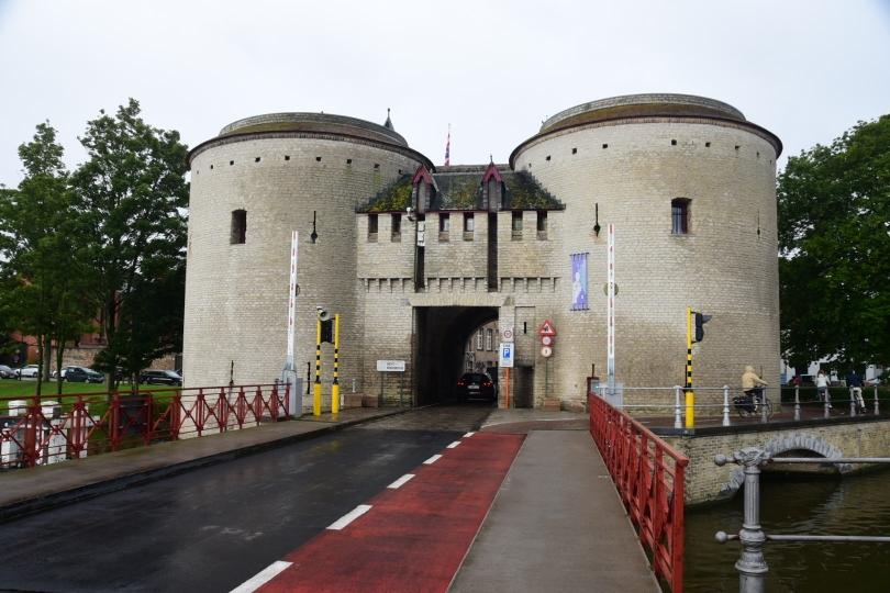 Eines der historischen Tore in die Innenstadt von Brügge