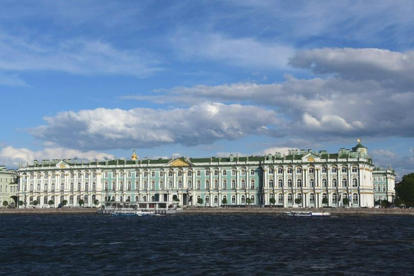 Das ist nur der Winterpalast, links geht es mit der Eremitage noch weiter