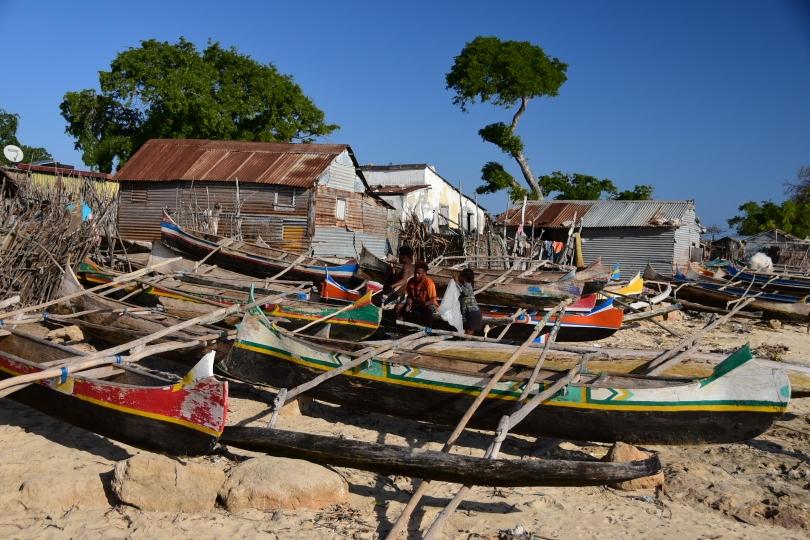 Am Ozean angekommen - Einbäume aus Balsaholz sind das übliche Arbeitsgerät der Fischer