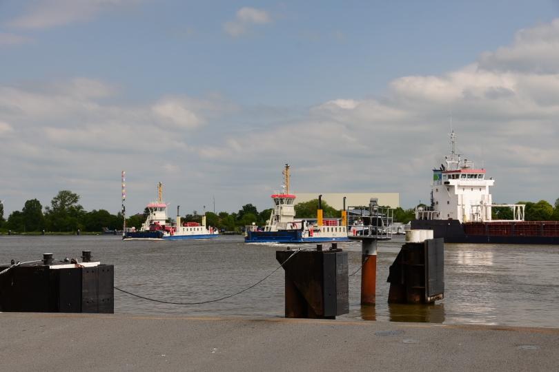Mit Blick auf die Schleuse setze ich mit der Fähre in Brunsbüttel über den Nord-Ostsee-Kanal