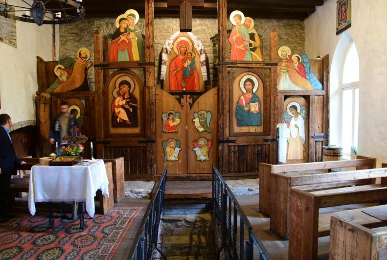 Die wohl ungewöhnlichste Kirche, die ich je gesehen habe. Ein kleines ukrainisch-griechisch-katholisches Gotteshaus, in dem einem buchstäblich der Boden unter den Füßen weggezogen wird, zwei Geländer werden ausgeklappt und im Keller findet sich ein kleine Ausstellung mit Ikonen und kunstvoll bemahlten Eiern