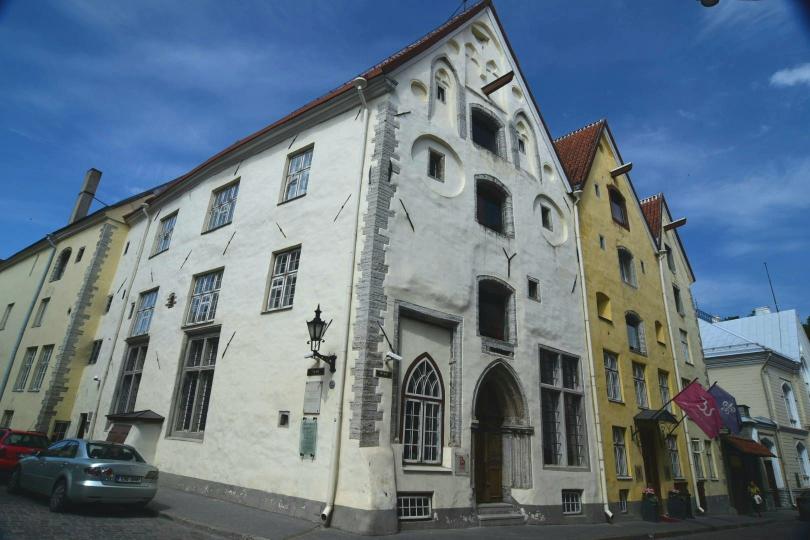 Die drei Schwestern: Mittelalterliche Fassaden mit unterschiedlichen Baustilen aus verschiedenen Epochen, hinter denen sich heute natürlich ein Hotel verbirgt
