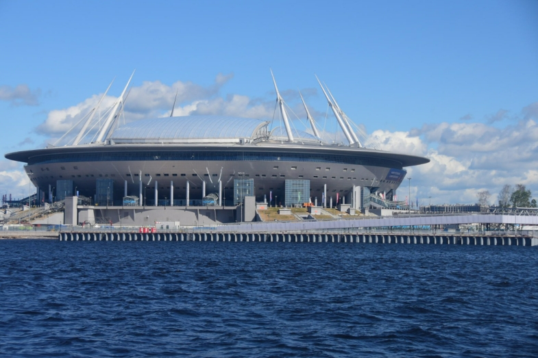 Direkt an der Newa liegt das Fußballstadion, in dem die WM-Spiel hier ausgetragen werden