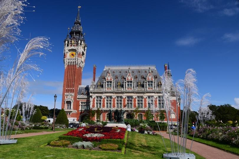 Das Rathaus will irgendwie so überhaupt nicht zu Calais passen