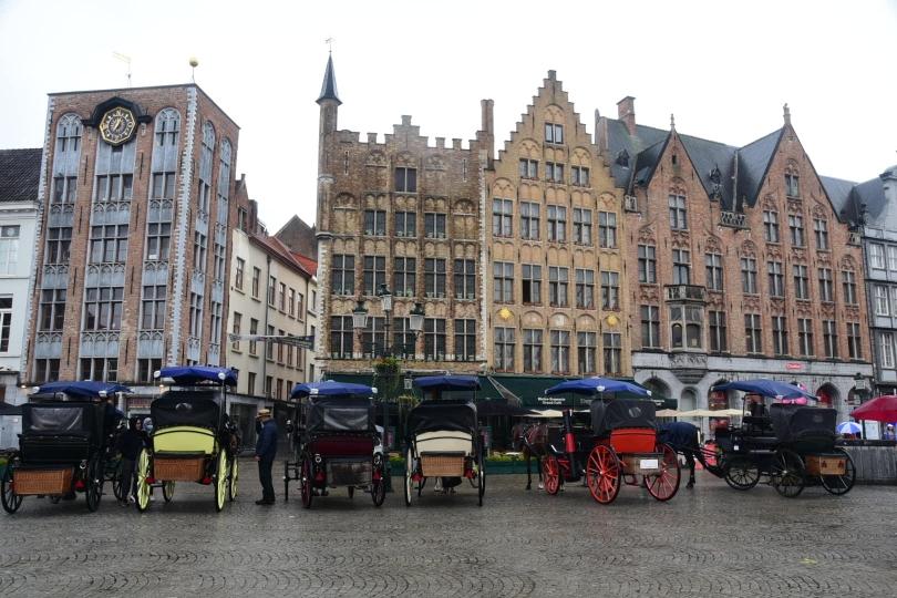 Bei dem Wetter warten die Kutscher vergeblich auf Touristen für Stadtrundfahrten