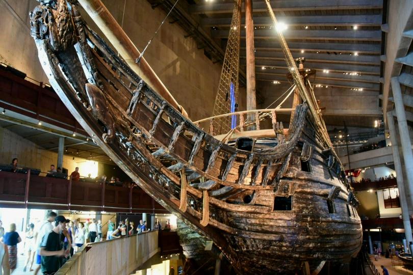 Ausgestellt wird das Kriegsschiff Vasa, das vor fast 400 Jahren bei seiner Jungfernfahrt  nach 1300 m Fahrtstrecke vor dem Hafen von Stockholm sankt, 1956 wiederentdeckt wurde und zu 98% im Original erhalten ist. Ein prachtvolles und beeindruckendes Schiff in einem modernen Museum