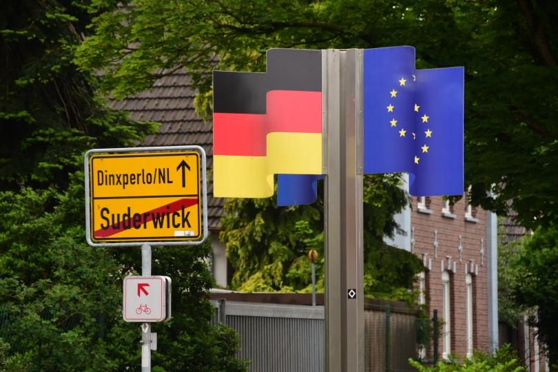 Nicht überall ist die Grenze so deutlich gekennzeichnet - allerdings ist es ein Ort mit zwei Namen in zwei Ländern