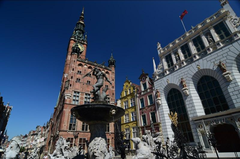 Keine Kirche, sondern das alte Rathaus. Man muss unbedingt hineingehen. Ach ja, und davor ein weiteres Wahrzeichen der Stadt, der Neptunbrunnen