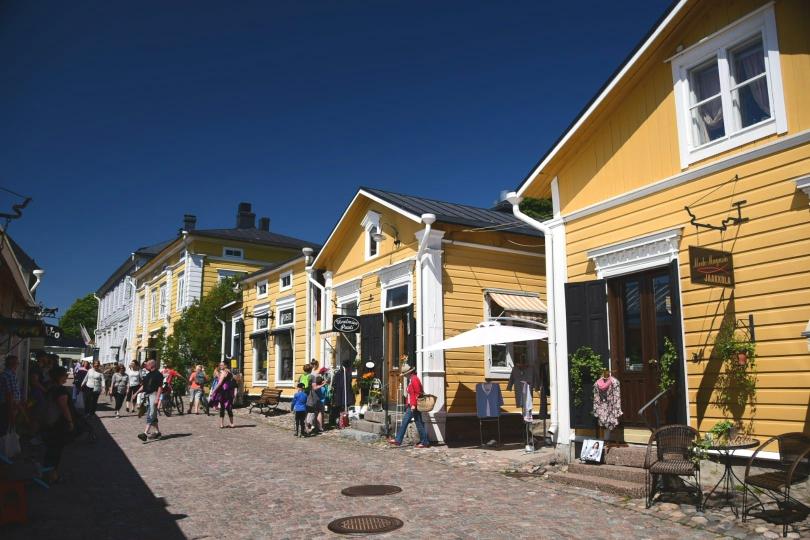 Eine sehr gepflegte und von Touristen überlaufene Altstadt komplett aus Holzhäusern