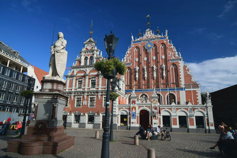Wohl die auffälligste Fassade in der Stadt mit dem Standbild des Roland davor - allerdings kein altes Gebäude, sondern vollständig rekonstruiert