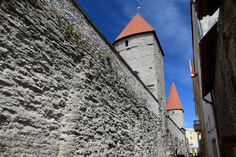 Fast zwei Kilometer der mittelalterlichen Stadtmauer mit etlichen Wachtürmen sind erhalten