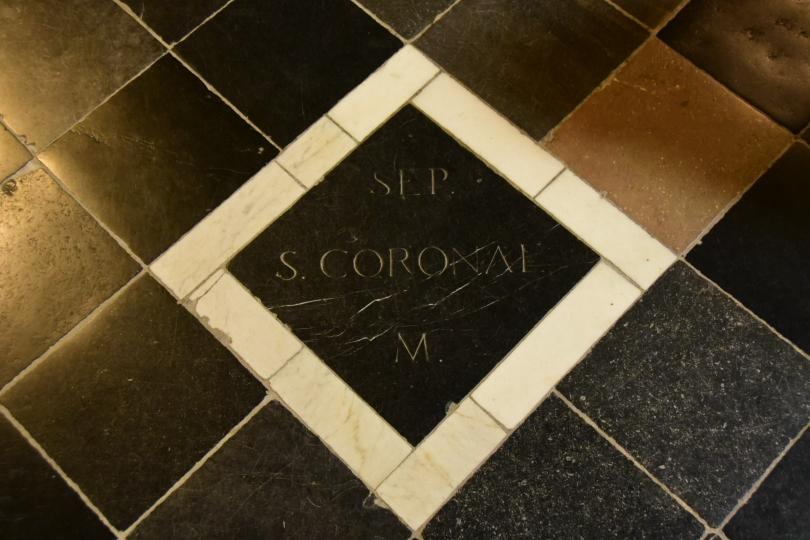 Aber nicht nur Karl der Große liegt im Aachener Dom begraben, sondern auch die Heilige Corona - gibt es tatsächlich und wird in irgendeinem Dorf auch als Schutzheilige gegen Seuchen verehrt
