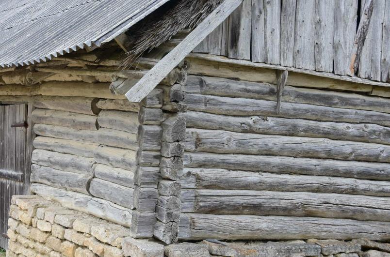 Die traditionelle Bauweise, nicht nur hier aus den Inseln - leider hat man hier, wie bei uns, vor gut 50 Jahren die Faserbetonplatten entdeckt...
