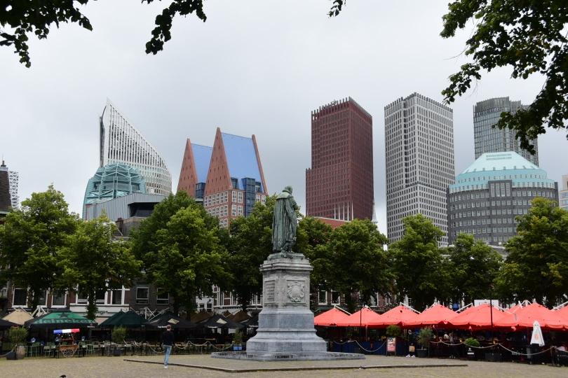 Historischer Stadtkern und moderne Hochhäuser liegen in Den Haag direkt nebeneinander