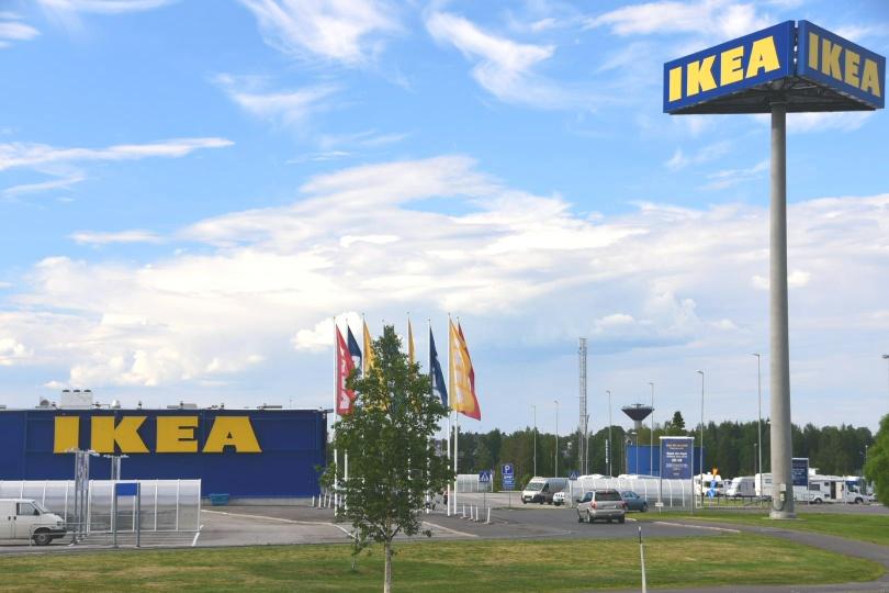 Und woran erkennt man, dass man in Schweden ist? An der Ikea-Filiale als erstes Gebäude auf schwedischer Seite nach ca. 200m! Die angeblich nördlichste Filiale des Konzerns weltweit