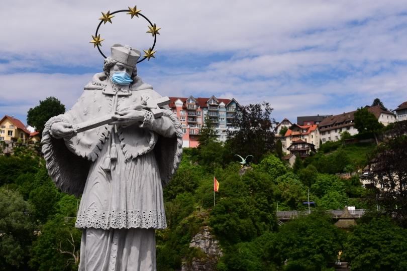 Diese Figur steht auf einer Brücke zwischen Deutschland und der Schweiz - aber offenkundig auf deutscher Seite, dann die Schweiz hat keine Maskenpflicht
