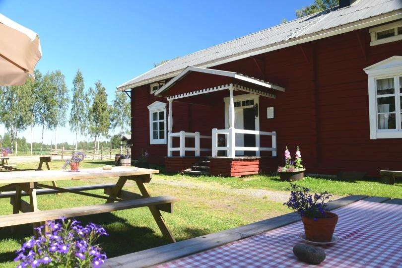 Ein Sommer-Café am in einem kleinen Ort lockt mit Selbstgebackenem und frischem Kaffee. Astrid-Lindgren-Ambiente inklusive