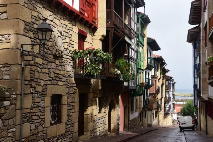 Die Altstadt von Irun wirkt komplett anders als französische Kleinstädte