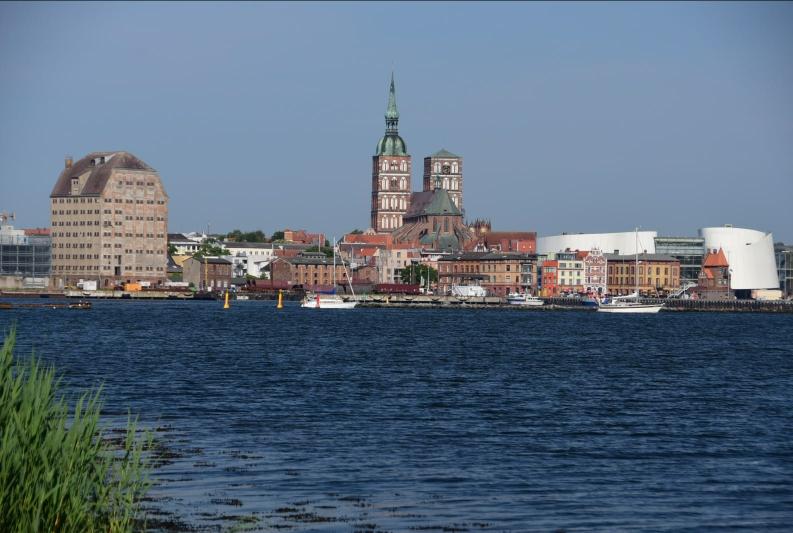 Stralsund von seiner schönsten Seite - vom Rügendamm. Die Stadt kenne ich recht gut und habe sie bis auf ein Fischbrötchen ausgelassen