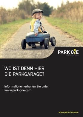 Kleiner Junge in Spielzeugauto: wo ist denn hier die Parkgarage?