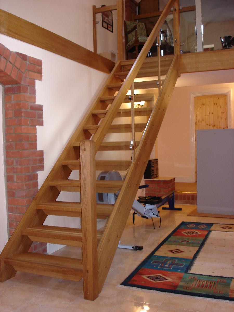 geradläufige Treppe mit Glasfüllungsgeländer