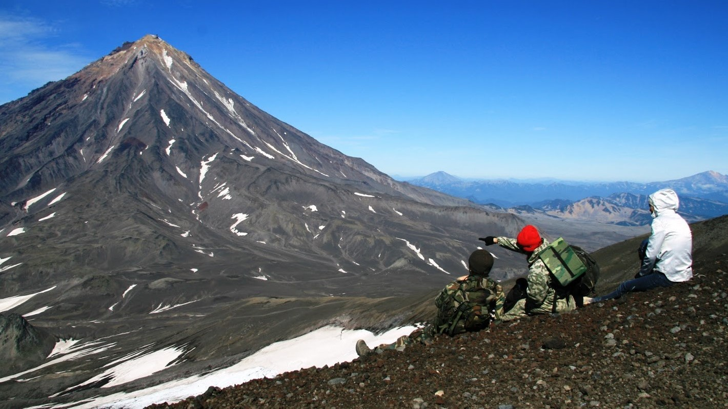 Trekking on the ridges of Avachinsky volcano