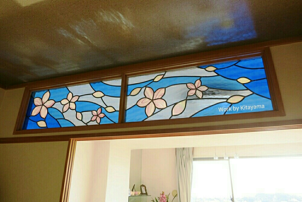 「曲水の宴」をテーマにオーダーデザイン、制作したランマ。和歌をしたためて水面に流す短冊を桜に見立て、ぼかしのグラデーションなど日本美的な色影空間。