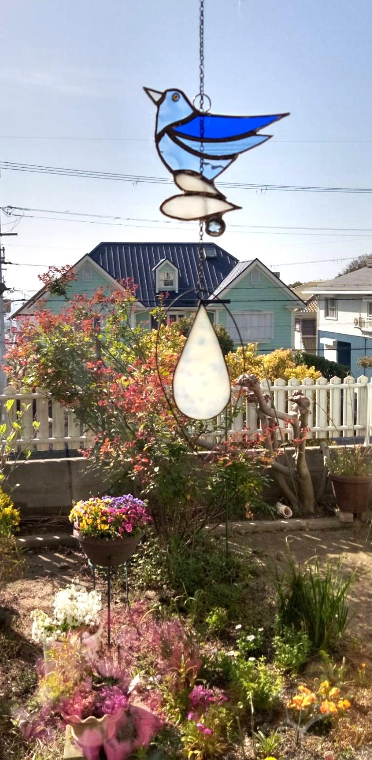 """Workshop"" ステンドグラス一日講座(よみうり高槻文化センター)でつくられた「しあわせの青い鳥」。お庭に飾られた写真をいただきました。"